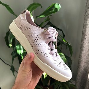 🔹 New Balance pale pink shoes